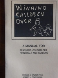 Spanish Translation — Winning Children Over: A Manual for Teachers, Counselors, Principals and Parents, Francis X. Walton, Ph.D. and Robert L. Powers, M.Div. MA.